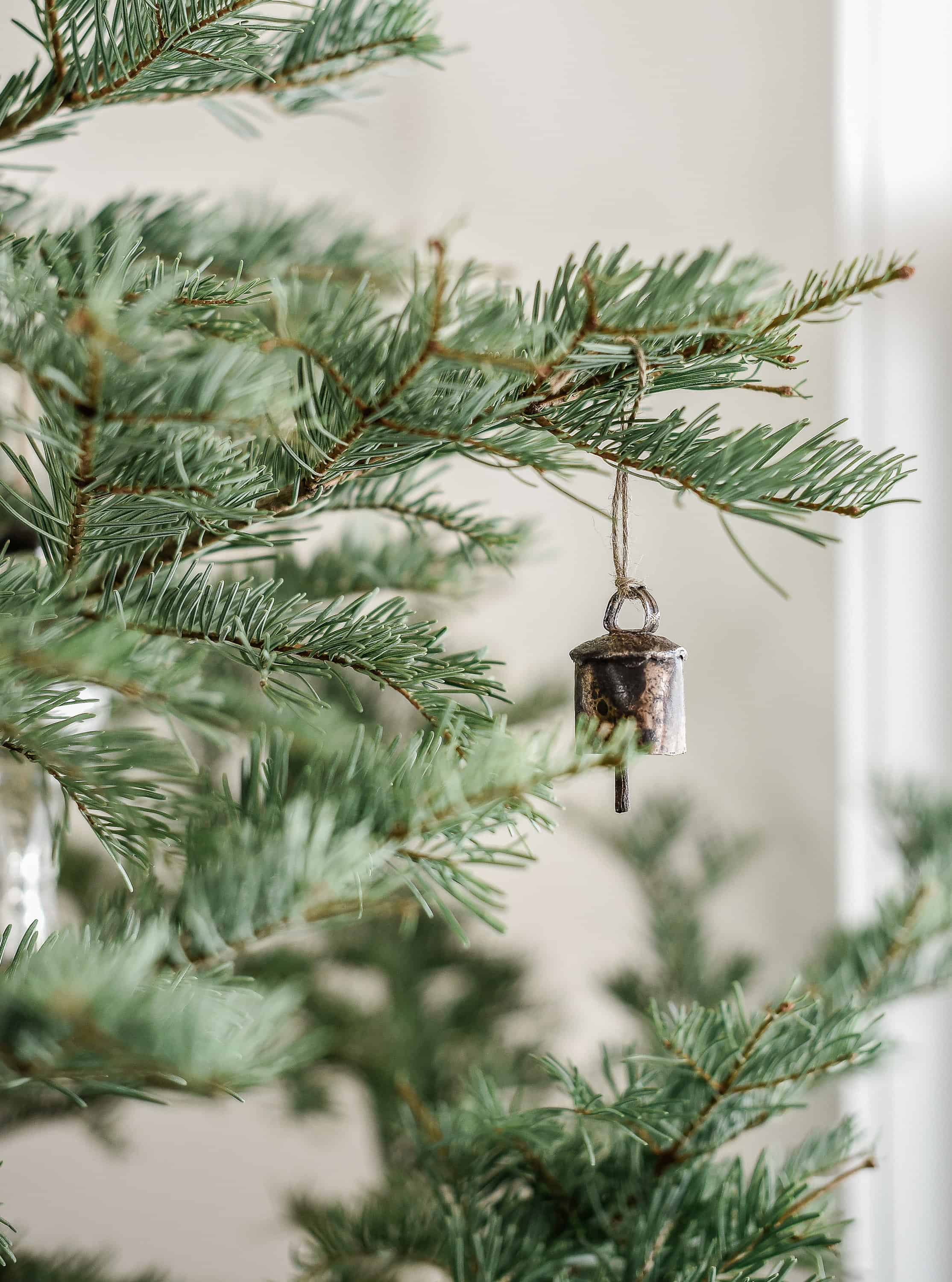 Use vintage Christmas decor this holiday season for a modern farmhouse Christmas! With pops of red and deep green, this minimal Christmas decor is anything but boring!