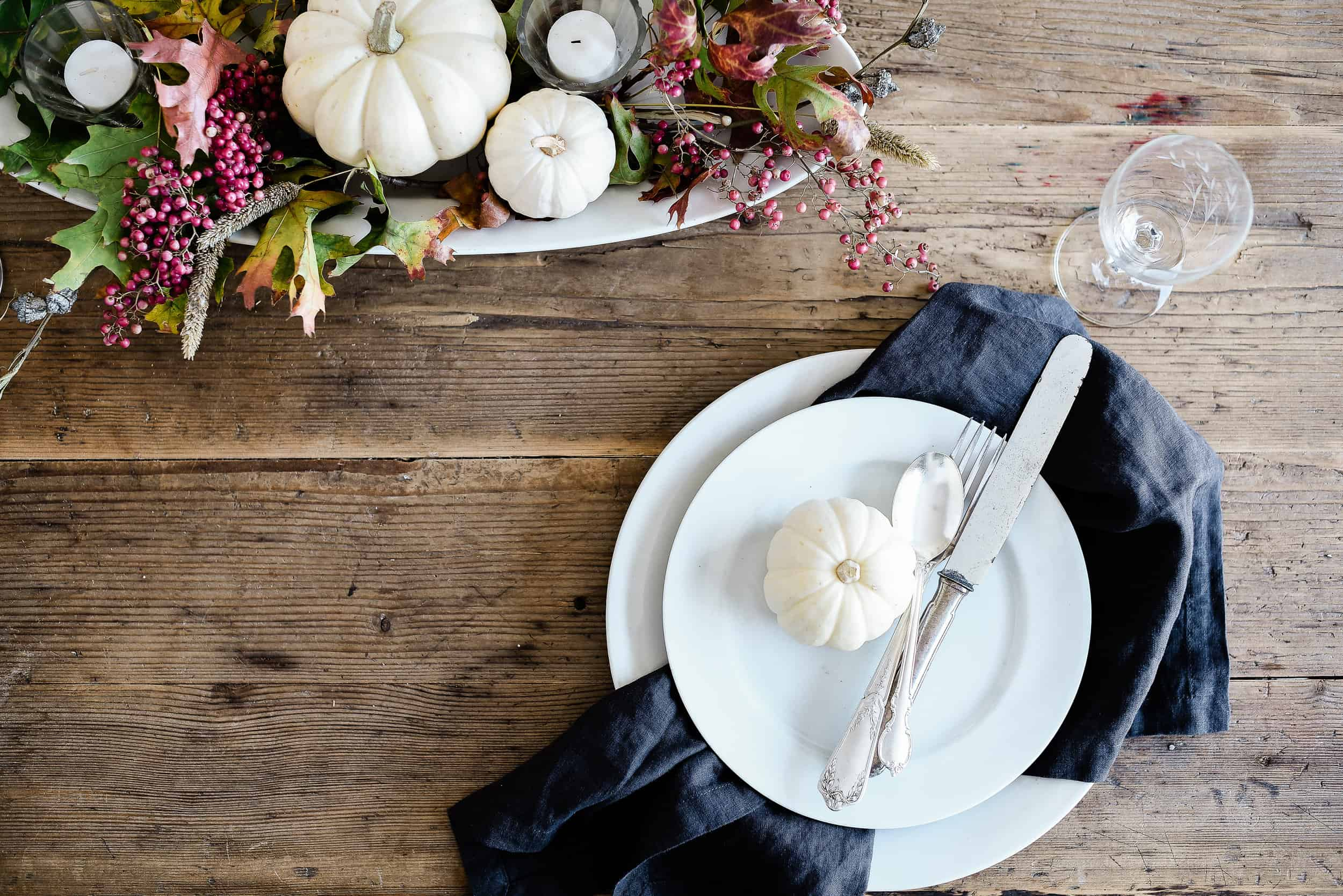 Thanksgiving is a time to celebrate all that we are thankful for with food, family, and friends! Dress up your table this year with some of these beautiful Thanksgiving tablescape ideas!